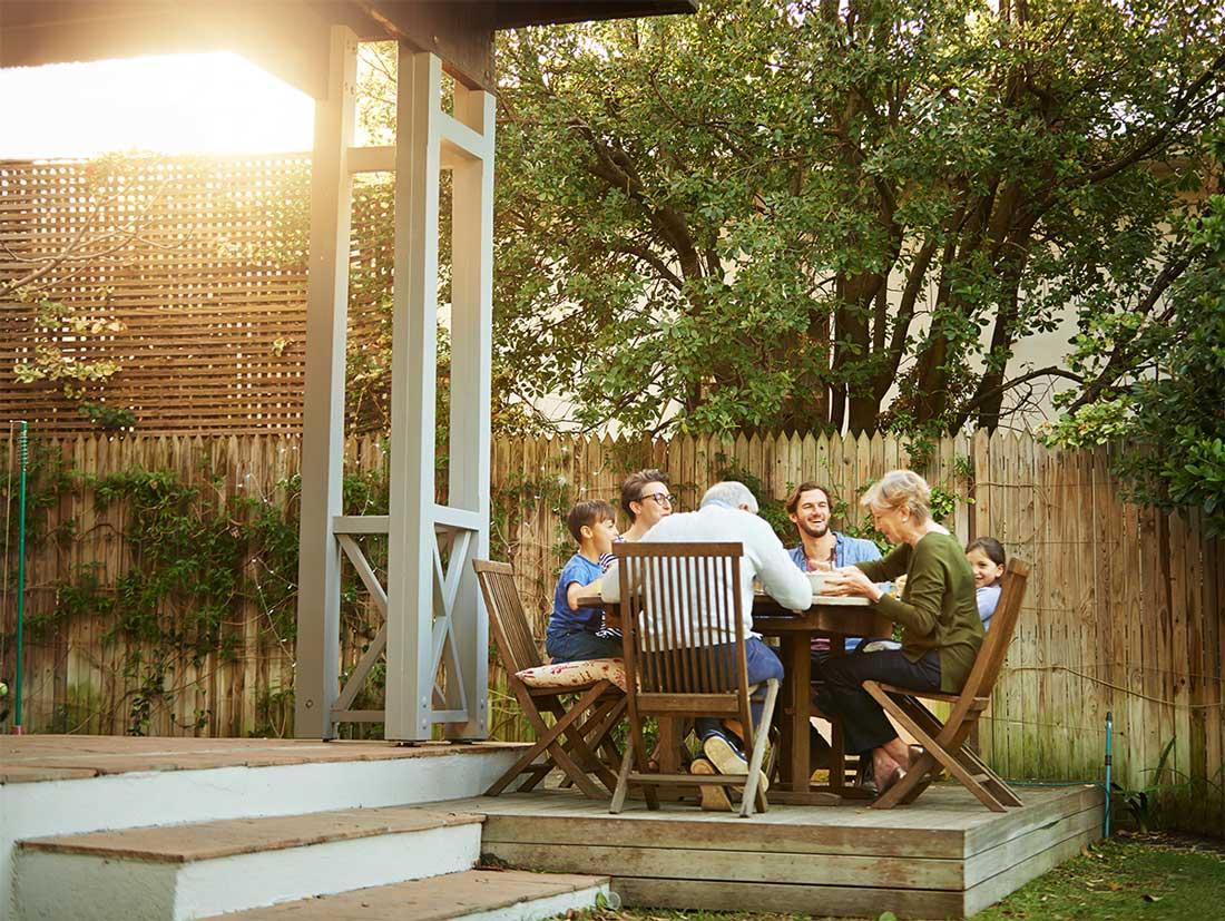 Familie geniet in de tuin van hun nieuwe woning in Brabant