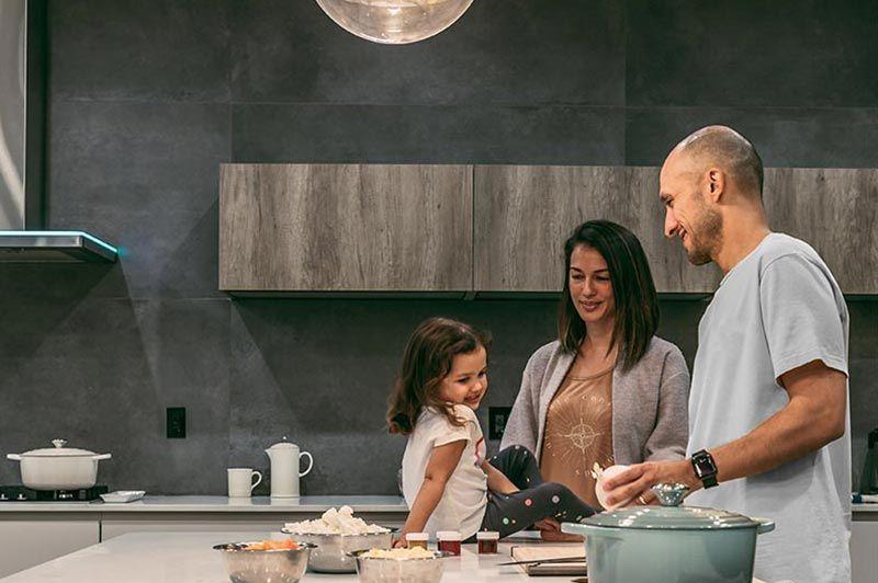 gezin thuis in de keuken